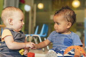 dois bebês brincando juntos